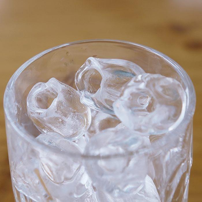 Enfría tus bebidas cuando quieras. No hace falta nevera para tomar bebidas frías Hielo puro y transparente Siempre preparado, fabrica hielo cada 15 minutos Elaborado con agua purificada Capacidad de hasta 3 Kg